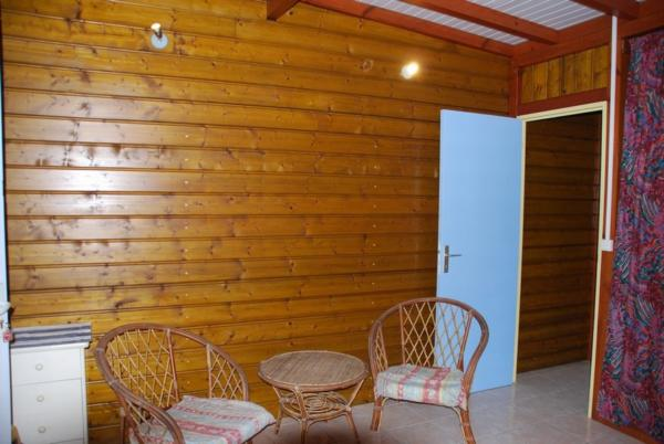 Chambre et accès couloir.
