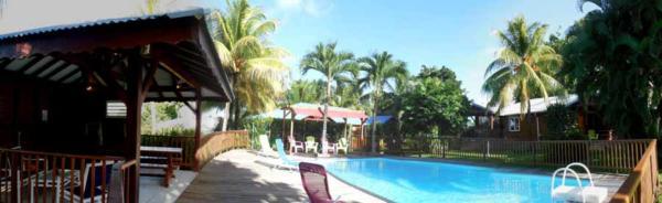 Cadre enchanteur du jardin tropical et de la piscine aux gites Lamatéliane