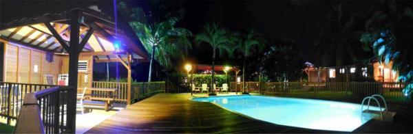 Ambiance nocturne aux gîtes Lamatéliane, le jardin et l'espace piscine