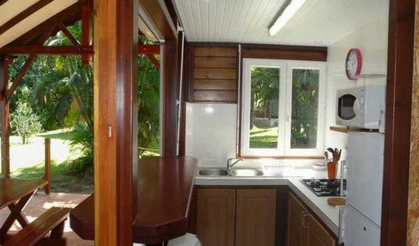 Cuisine de votre location, ouverte sur la terrasse et le jardin.