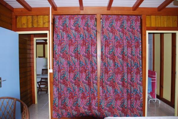 Double placards penderie.Accès couloir et salle d'eau