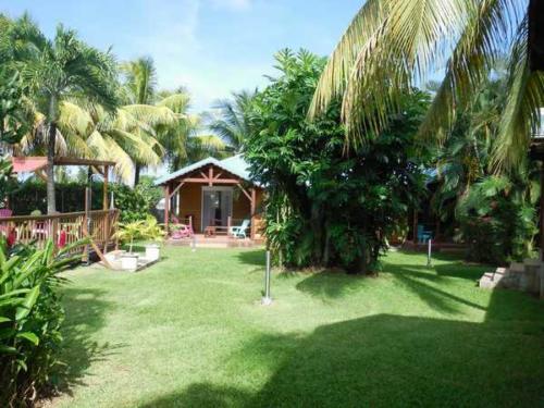 The garden of the Lamateliane lodgings bordering the swimming pool
