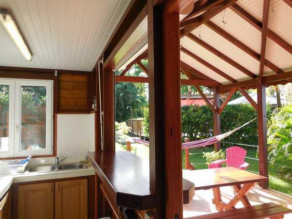 Cuisine ouverte sur la terrasse par un passe-plat.