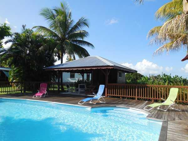 A Lamatéliane, le carbet, le deck et la piscine.