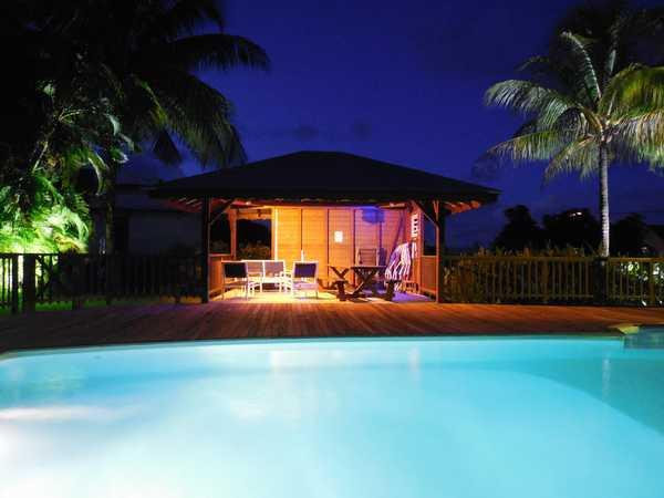 Sous le carbet aménagé de votre location en Guadeloupe.