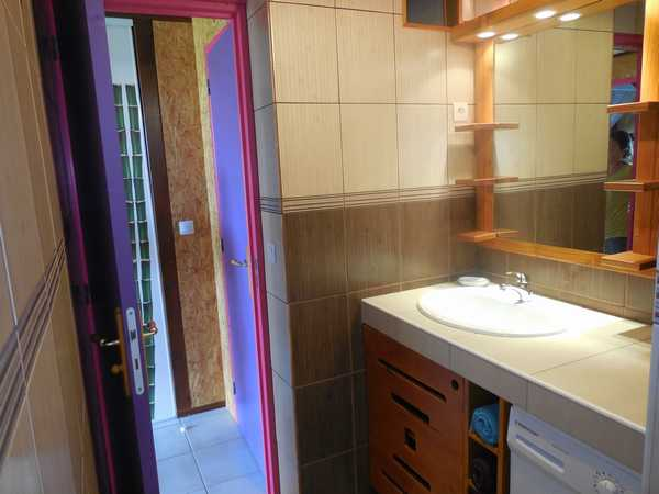 The bathroom of the Caribbean lodging in Lamateliane