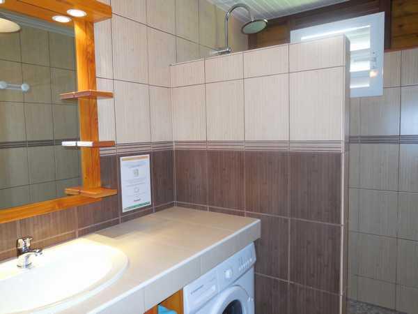 Salle d'eau spacieuse et fonctionnelle.