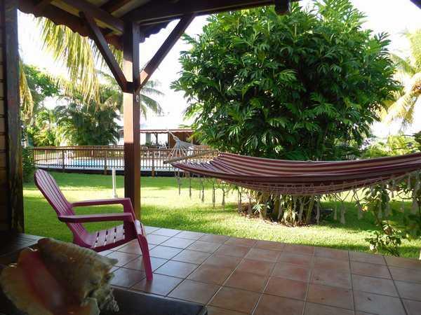 Vue sur la piscine depuis la terrasse de votre gite.