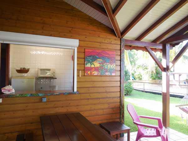 Cuisine ouverte sur la terrasse aux gites Lamatéliane.