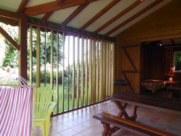Salon ouvert sur la terrasse aux gites Lamatéliane Guadeloupe.