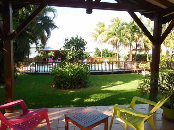 Vue dégagée sur le jardin depuis la terrasse de votre bungalow.