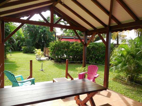 Terrasse aménagée avec espaces détente et repas dans chaque gite.