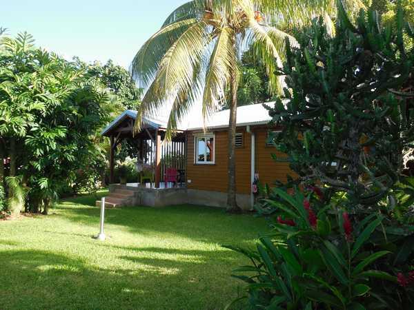 Bungalows en bois dans le jardin tropical