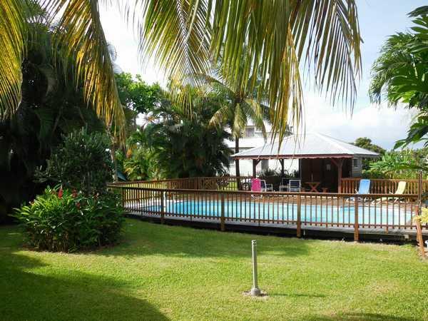 Piscine sécurisée et carbet des gites Lamateliane Guadeloupe.